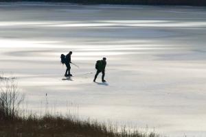 Långfärdsskridskor på Humsjön